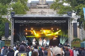 Emplacement grosse scene concert, podium 9x7m, lumiere et son
