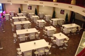 Emplacement Table mange-debout design exclusif - mobiliers en bois MDF blancs laqués en location pour vos événements, foires, salons, réceptions...