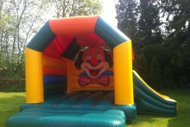 Emplacement Château gonflable couvert avec toboggan Clown