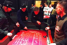 Emplacement Table de casino avec croupier  - Craps