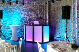 Emplacement Discobar LED - Dispositif de sonorisation avec DJ camouflé par des panneaux lumineux - Table de mixage