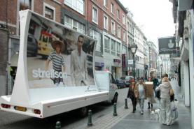 Emplacement Véhicule promotion publicitaire - Remorque avec affichage concave rétroéclairé pour affiches d'événements, nouveaux produits,...