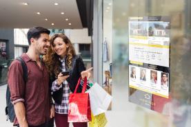 Emplacement Ecran haute luminosité dans la vitrine de votre agence immobilière