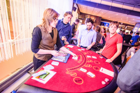 Emplacement Table de casino avec croupier  - Carribbean Stud Poker