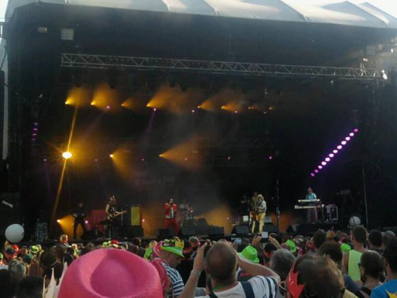 Location sonorisation éclairage et régie de concert avec podium plein-air