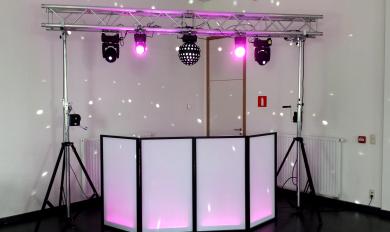 Location Discobar LED - Dispositif de sonorisation avec DJ camouflé par des panneaux lumineux - Table de mixage